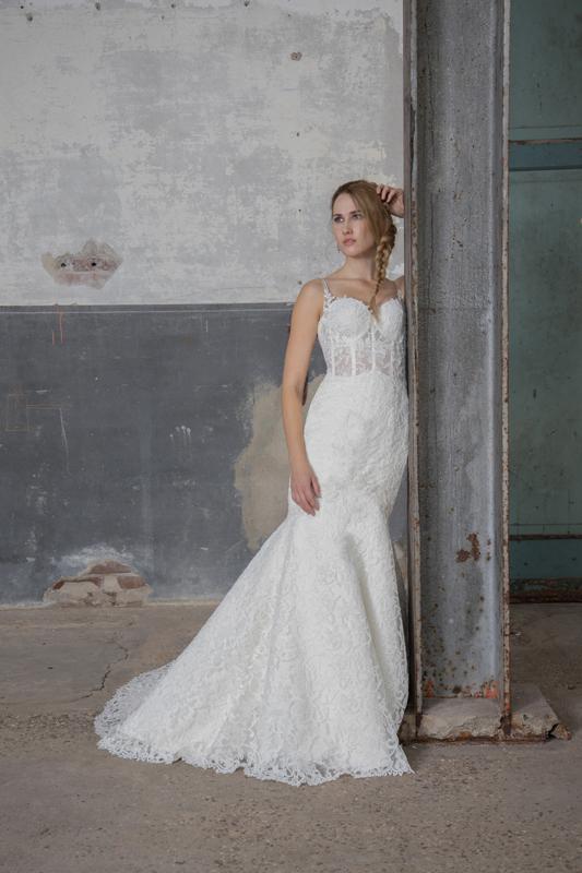 Bruid in kanten bruidsjurk industriële setting
