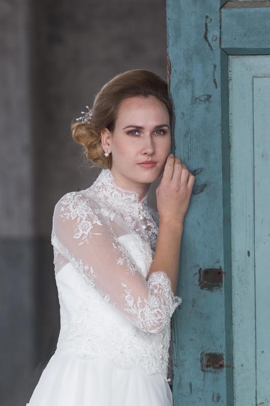 Bruid in klassieke bruidsjapon met kant en parels