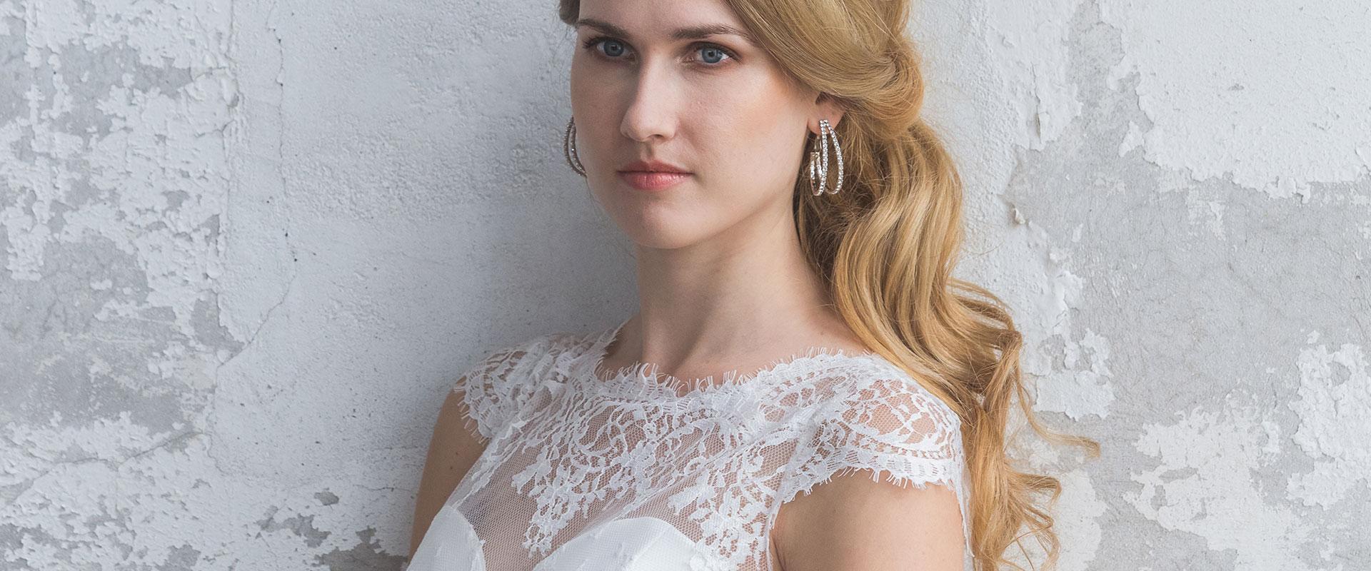 Bovenkant bruid in trouwjurk met kanten bovenstuk