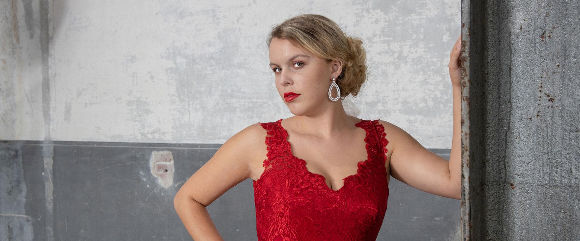 Vooraanzicht bruid in rode sexy trouwjurk