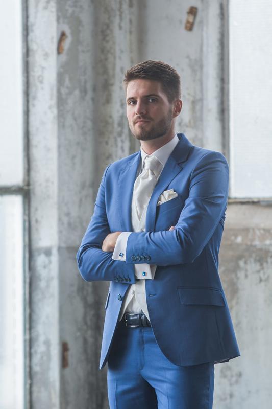 Bruidegom in blauw pak